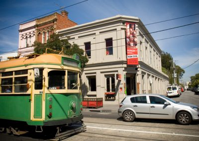 南亚拉咖啡厅外的电车